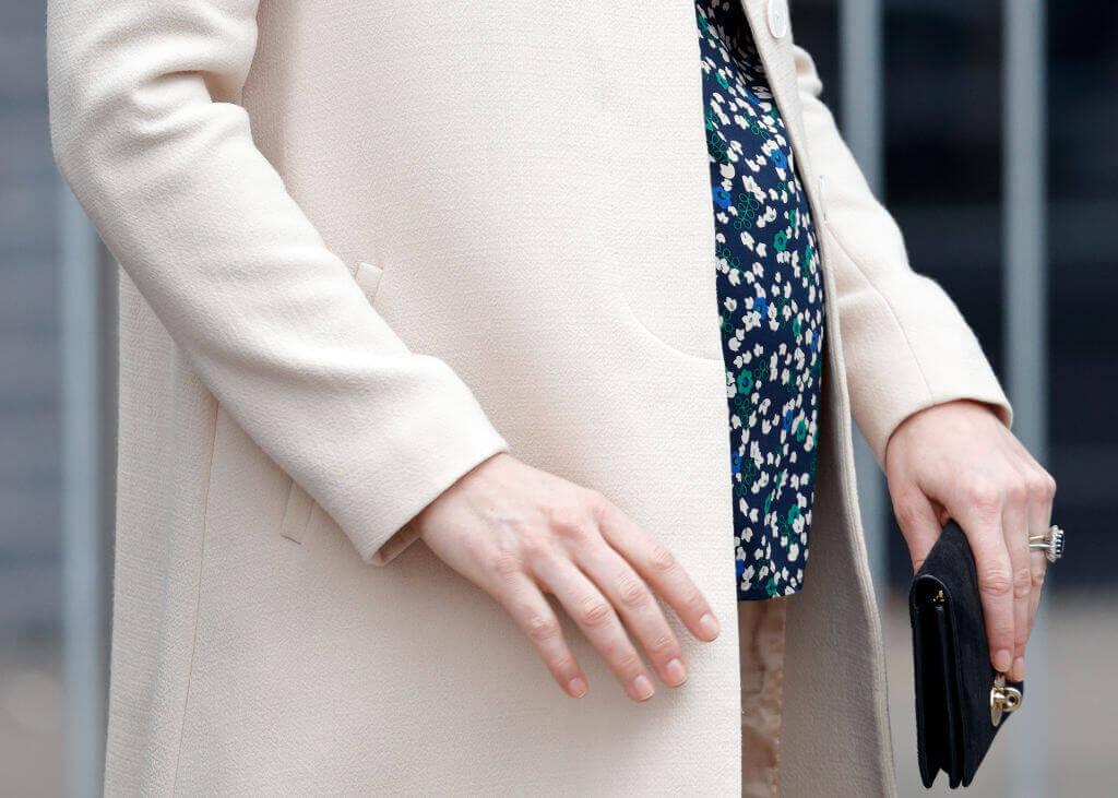 Kate-Middleton-pregnant and black wallet