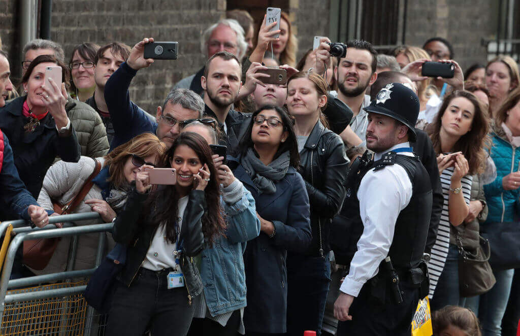 Kate-Middleton-cameras in a crowd