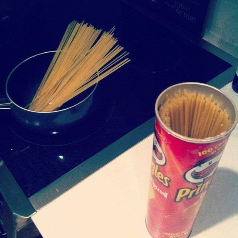 store noodles in a pringles can