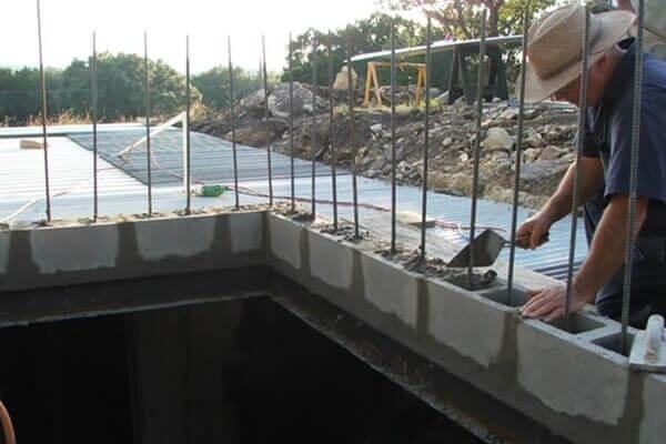 digahole13-installing doorway concrete blocks