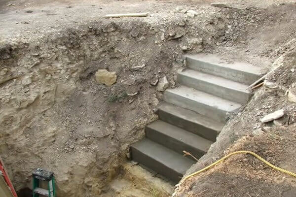 digahole8-concrete stairway to hole