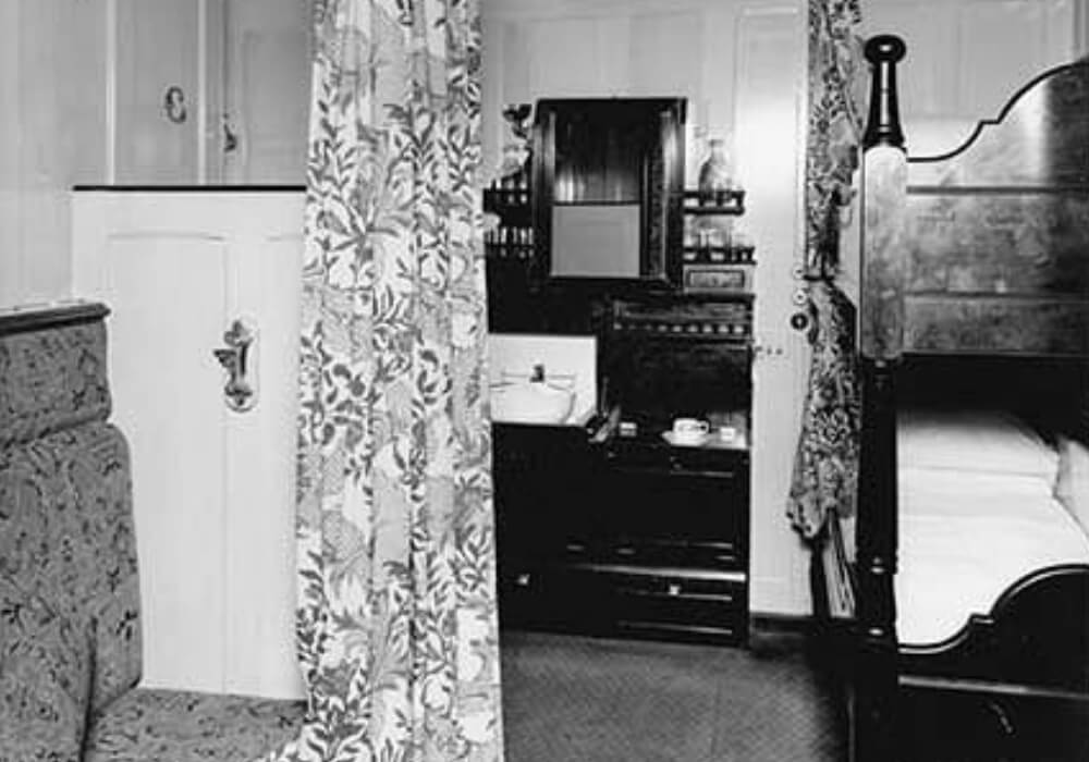 titanic-11-2nd class cabin black and white