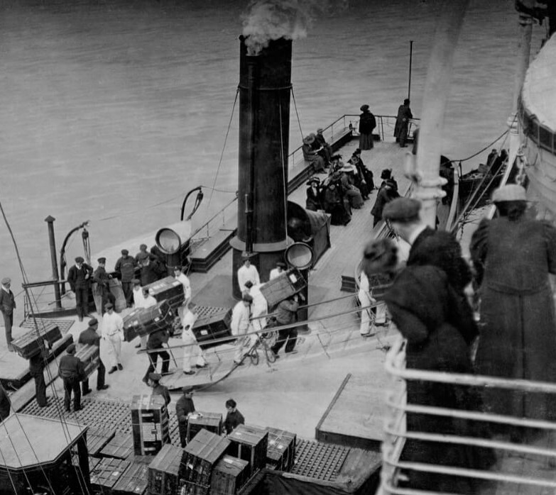 titanic-17-loading luggage black and white
