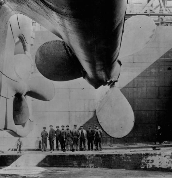 titanic-3-propeller size black and white