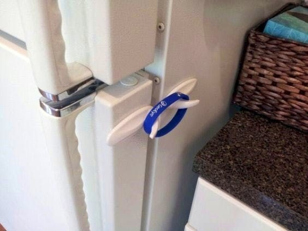 command hooks with elastic band used to keep fridge closed