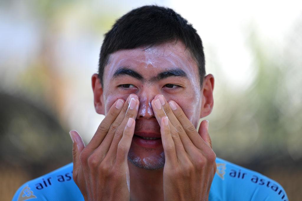 man using sunscreen